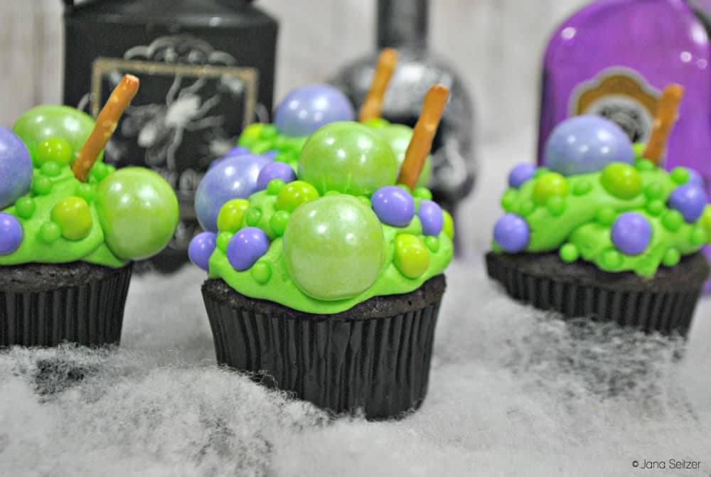 Hocus Pocus is a Disney Halloween Tradition. These Hocus Pocus cupcakes are the perfect Disney Halloween treat