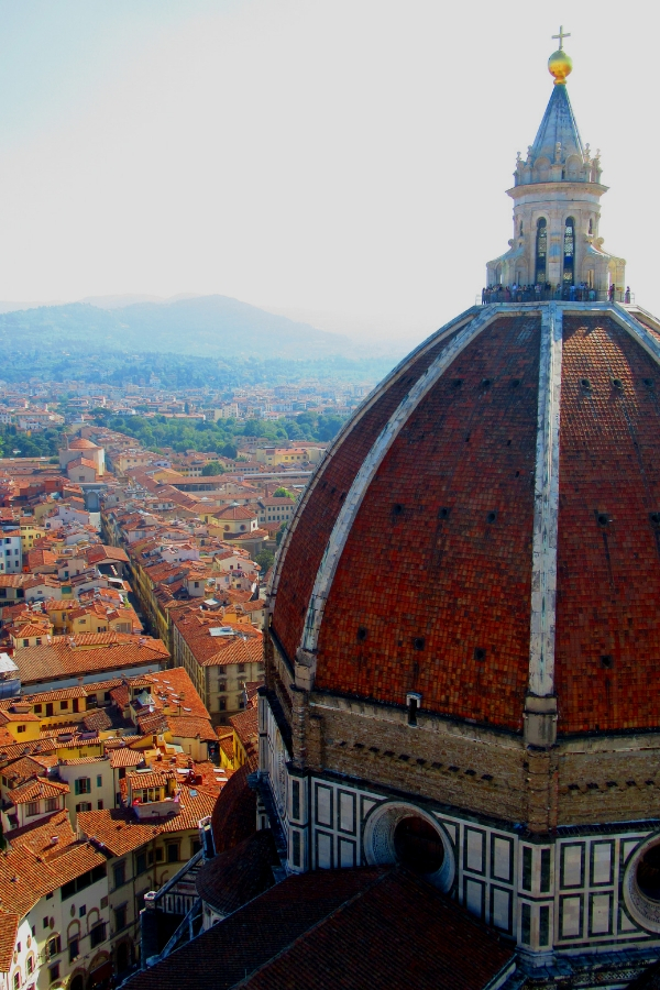 Bruneschellis Dome is a stunning icon of Florence, Italy. This post features tips on the best ways to view the dome, as well as other travel suggestions for things to do in Florence, Italy on a quick trip. #flipflopweekend